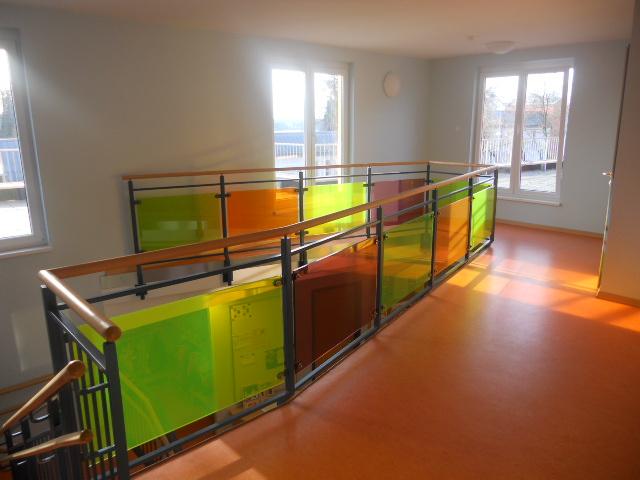 Stahlgeländer mit farbigen Acrylglasplatten für die Kita