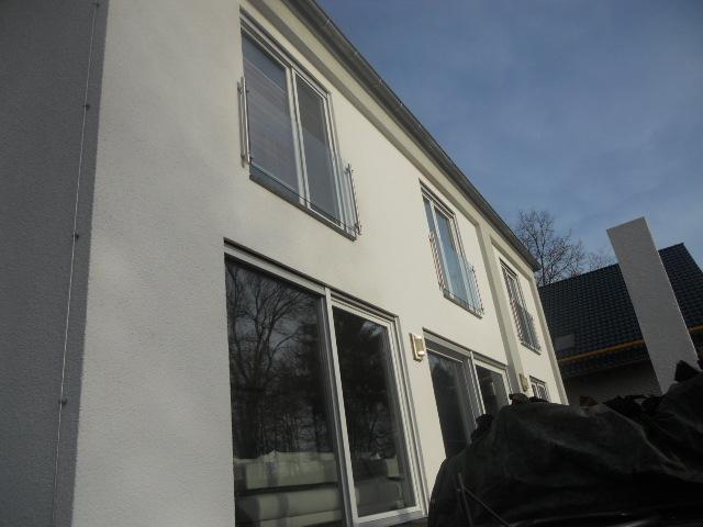 Fenstergeländer aus Edelstahl mit Glasfüllung